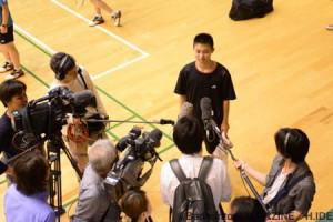試合後には、会場に駆けつけた多くの報道陣から囲み取材を受けてい た