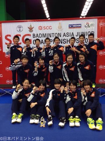 銅メダルを獲得した日本チーム。表彰後には笑顔を見せた