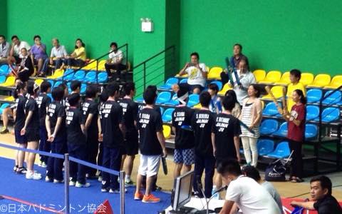 大会には現地に住む日本人会の方々が応援にきてくれた。応援団にあいさつをする選手たち