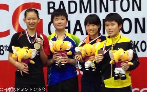 銅メダルに笑顔をみせる荒木萌恵(右から2番目)
