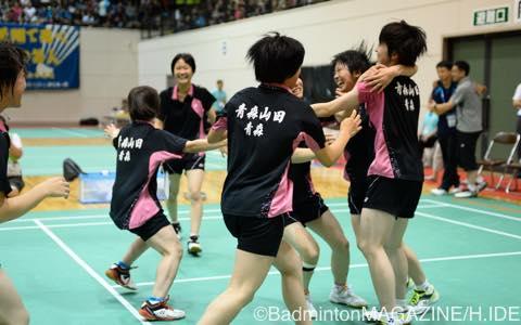 10度目の優勝を飾り喜ぶ山田のメンバー