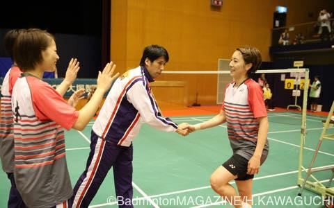 シングルスの軸を担った熊本の伊東可奈。優勝を決め今井彰宏監督と握手
