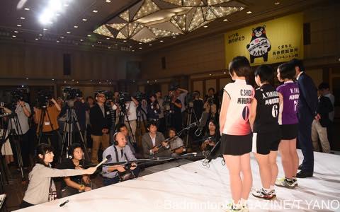 多くのテレビカメラ、報道陣に囲まれるなか取材に応じる3選手と今井監督