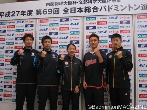 会見に出席した5選手(左から、早川、遠藤、松友、桃田、佐々木)