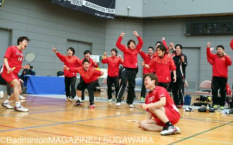 第1ダブルスで勝利を収め、チームに勢いをもたらした三菱自動車京都の吉川(左端)/疋田