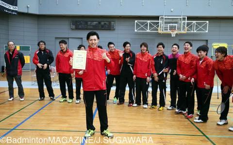1部認定証を手にして笑顔を見せる三菱自動車京都の主将・喜多。初の1部リーグへの挑戦となる