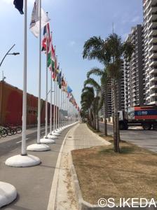 宿泊棟前の道路です。各国の国旗が並んでいました。オリンピックらしいですね