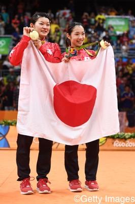 表彰後、日の丸と金メダルを手に喜ぶ髙橋礼華(左)/松友美佐紀
