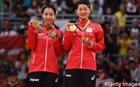 日本史上初の金メダルを獲得した髙橋礼華(右)/松友美佐紀