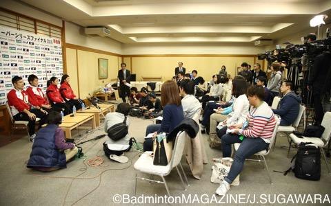 帰国会見にはテレビ、新聞などの各種メディアが集まった