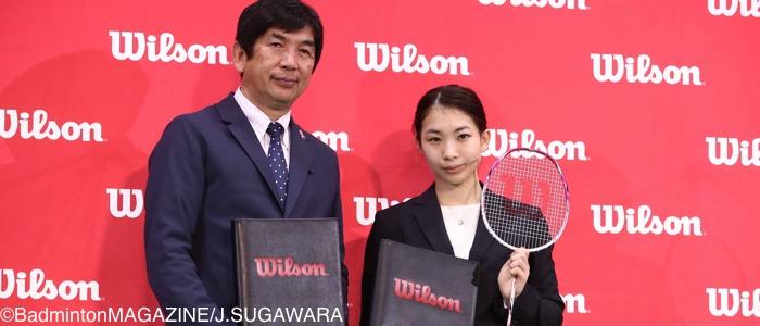 ウイルソンと現役生涯契約を結んだ松友(左は岸野博・代表取締役社長)