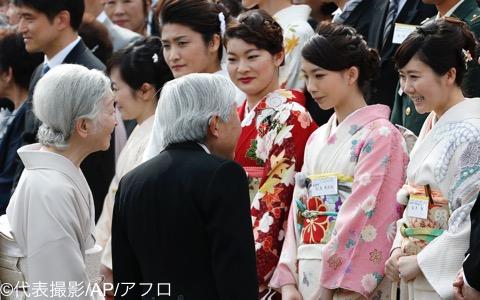 園遊会に出席した髙橋(右から4人目)、松友(同3人目)