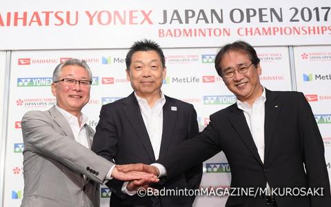 今大会より冠スポンサーに加わったダイハツ工業株式会社。成瀬修執行役員(右)は「私どもの主な事業地域はインドネシア、マレーシア、日本。ともにバドミントンが盛んで、共通する思いを一つにするにはバドミントンしかないと考えた」と、大会をサポートする理由を述べた(左はヨネックス株式会社の林田草樹代表取締役、中央は日本バドミントン協会の銭谷欽治専務理事)