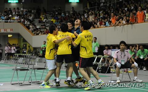 悲願の優勝を決めた瞬間、抱き合い喜びを爆発させた富岡の選手たち。2時間に及ぶ熱戦に、両校を称える拍手は鳴りやまなかった