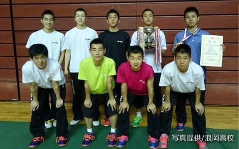 6月の東北大会で男子シングルスを制した奈良岡功大(後列右)。団体戦では浪岡高の準優勝に貢献し、ダブルスでは3位入賞した