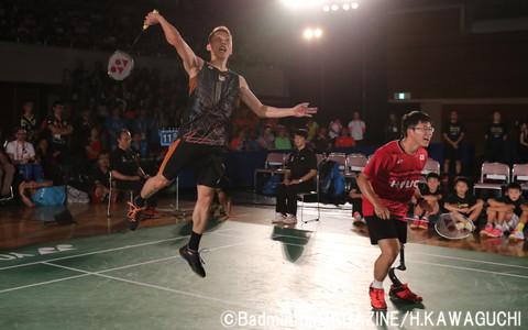 パラバドミントン選手とのダブルスでは、日本の藤原大輔(右)がチョンウェイとペアを組んだ