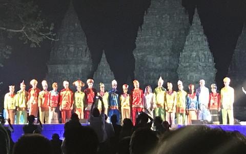 日本の代表者として民族衣装を着てステージに立った奈良岡(左から4番目)/本人提供