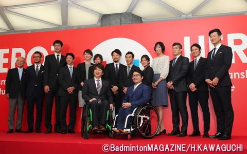 この日はプロジェクト発発案者の中田氏(後列左から二人目)らアンバサダー14人が登壇した(後列左端は笹川陽平・日本財団会長)