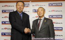 檀上で握手を交わすVICTORスポーツの陳社長(左)とKIZUNAジャパンの阿部社長