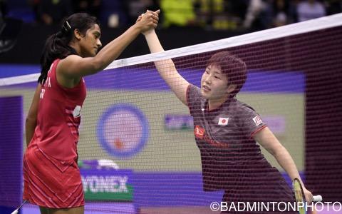 試合後に握手をかわす山口茜(右)とシンデュ