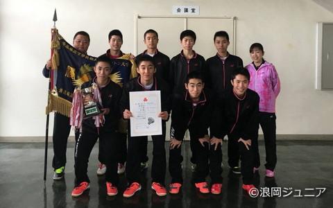 青森県高校新人大会の団体戦で優勝を果たした浪岡チーム(後列右から2番目が奈良岡)