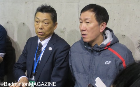 会議後、桃田賢斗の内定についてコメントする銭谷欽治専務理事(左)と朴柱奉日本代表監督
