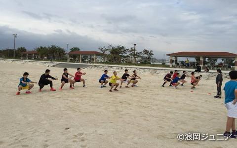浪岡ジュニアで行なう沖縄合宿は2回目。砂浜では、ランニングやサーキットトレーニングなどを行なった