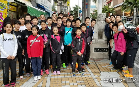 合宿には、浪岡ジュニアに所属する小学生から高校生までが参加。那覇市の「国際通り」で集合写真をパシャリ