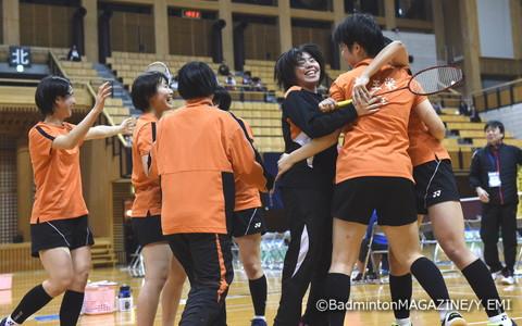 1999年大会以来の優勝を果たした埼玉栄。悲願達成にメンバーは抱き合って喜びを分かち合った