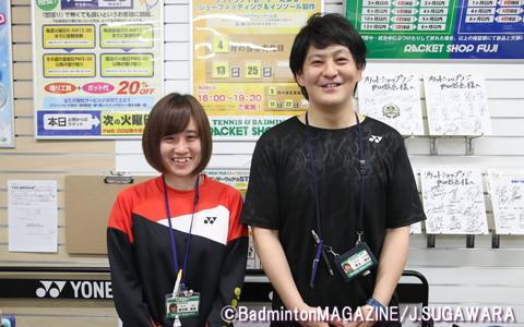 井上善之店長(右)とスタッフの佐久間実友さん
