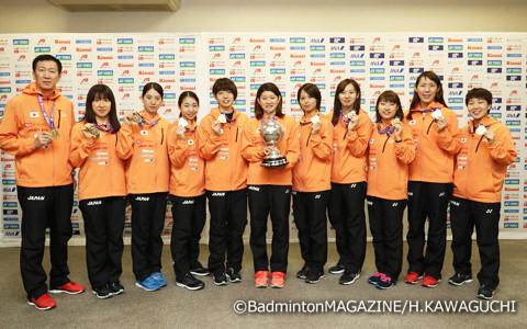 ユーバー杯とメダルを手に笑顔を見せる女子日本代表と朴柱奉ヘッドコーチ