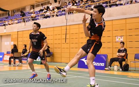 ストレート勝ちで決勝進出を決めた古賀輝(左)/齋藤太一(NTT東日本)