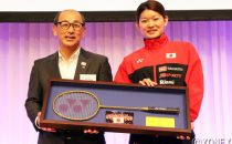 ヨネックス株式会社代表取締役会長・米山勉氏から髙橋礼華に手渡されたゴールドラケット