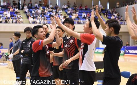 2−0で勝利した日本ユニシスの渡邉航貴(中央)