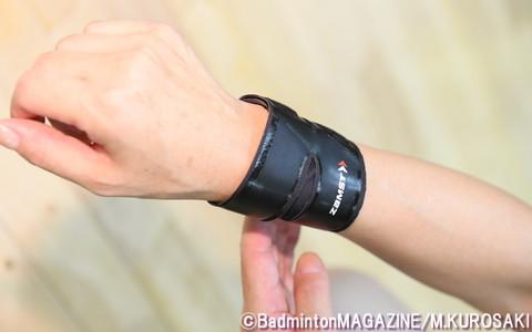 7月に太モモ、ふくらはぎ、手首(写真)用が新たに発売された、ザムストのサポーター「フィルミスタ」