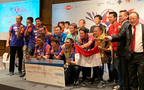 表彰式で優勝トロフィーを手に笑顔を見せるインドネシアチーム