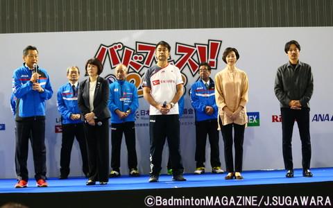 オープニングセレモニーで登壇した日本代表OB&OG(左から、銭谷日本協会専務理事、栂野尾悦子、今井紀夫、陣内貴美子、池田信太郎)
