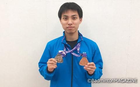 団体戦の個人戦の2つのメダルを手に笑顔を見せる奈良岡