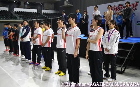 挨拶する選手、スタッフたち。ナショナルB代表選手を中心に、ロンドン五輪女子複で銀メダルを獲得した垣岩令佳(右端、再春館製薬所)らも参加した
