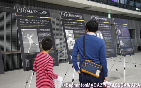 展示エリアでは、かつて使われていたシャトルやラケット、また日本バドミントンの歴史を紹介するパネルなどが並んでいた