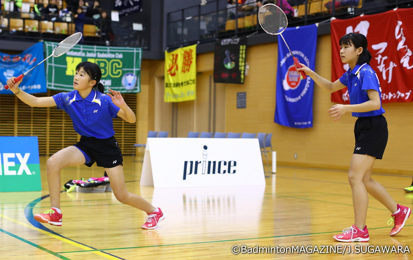 決勝のダブルスで勝利を収めた鈴木(左)/中野