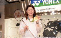 リオ五輪で獲得した金メダルと使用ラケット「DUORA(デュオラ)7」とともに。ラケットはトークショーのあとサプライズでプレゼントとして提供された