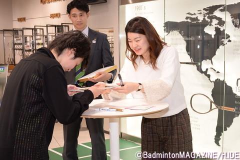 サイン会では参加者一人一人に丁寧にサインし、撮影に応じていた