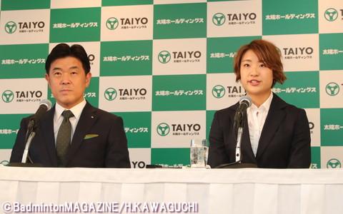 会見に臨んだ奥原(右)と佐藤英志・太陽ホールディングス株式会社取締役社長